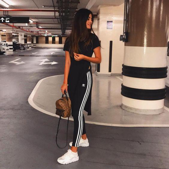 Blusa alongada preta com fensa, calça legging esportiva adidas, tênis branco