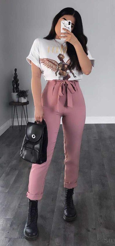 t-shirt branca estampada, calça clochard rosa e coturno