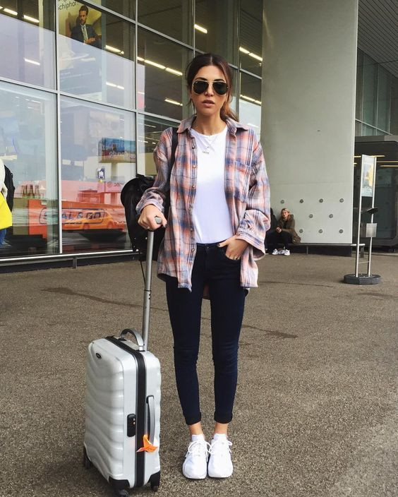 Look para viajar, blusa branca, camisa xadrez, skinny jeans preto, tênis branco
