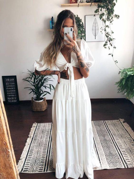 conjuntinho branco, cropped com manga bufante e decote com nozinho, saia longa