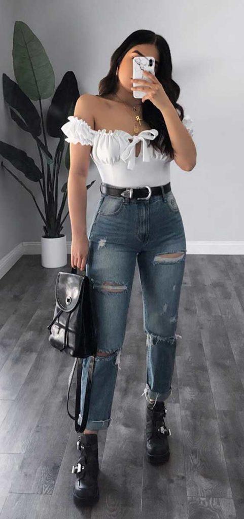 Top branco ombro a ombro, calça jeans destroyed e coturno