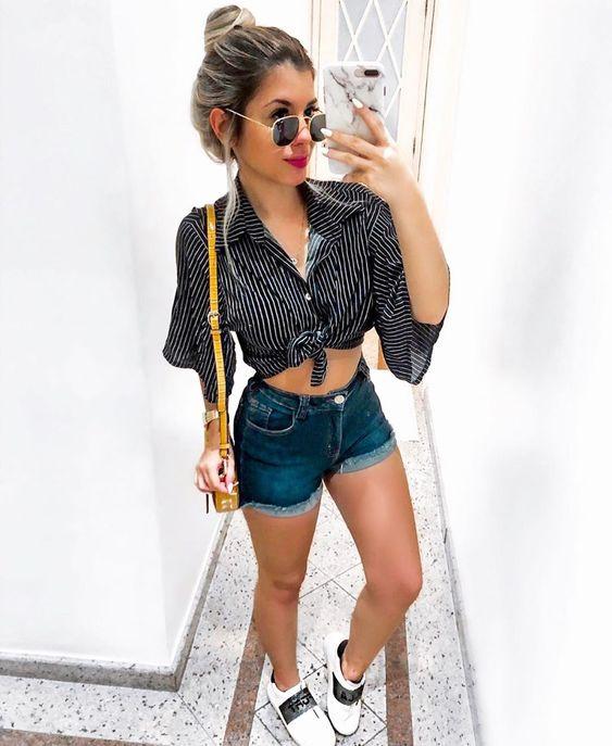 básica e cool com short jeans e camisa com nozinho