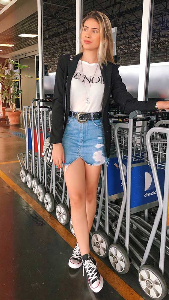 t-shirt branca, blazer preto e saia jaqueta jeans destoyed