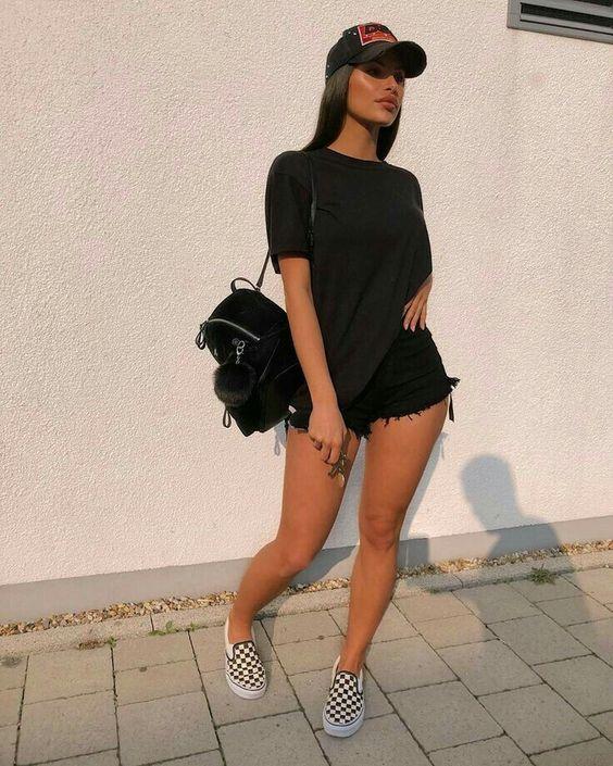 roupas pretas, t-shirt, short curto, mochilinha e tênis