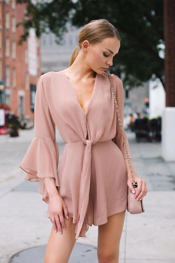 macaquinho rosa com decote com nozinho, bolsa rosa