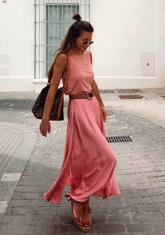 básica e cool com vestido longo rosa