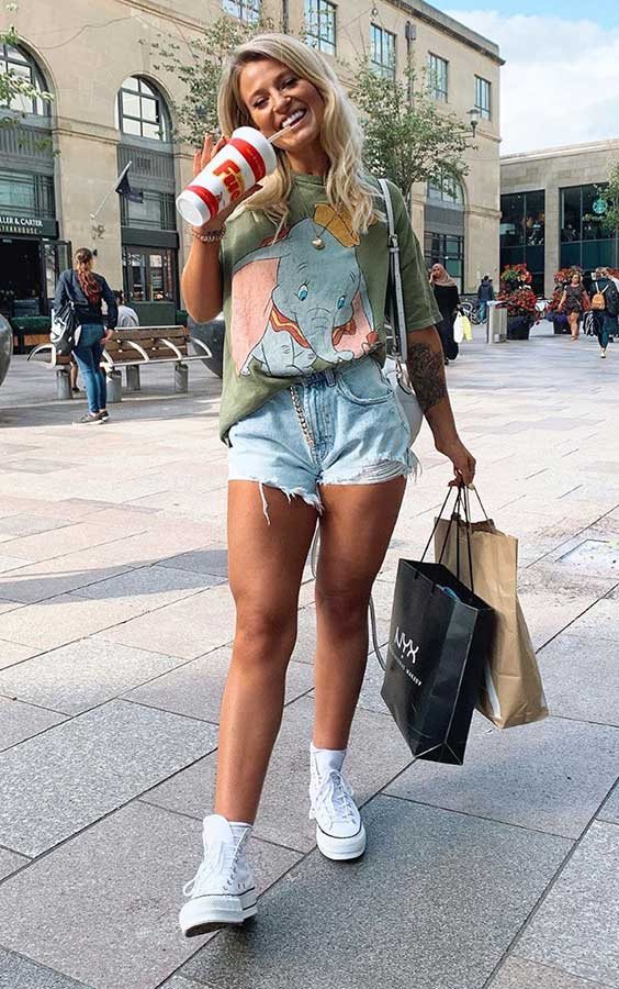 T-shirt, short e tênis