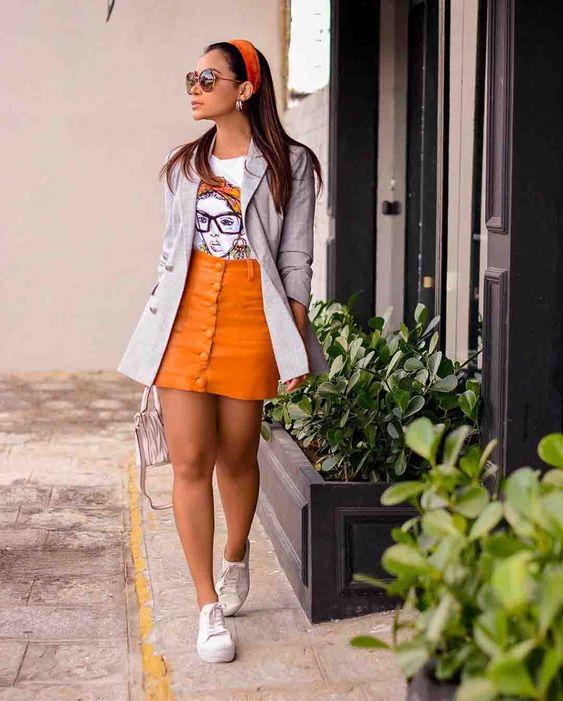 minissaia laranja com tênis