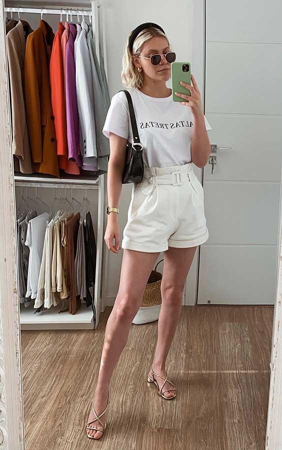 básica e cool com blusa branca e short branco