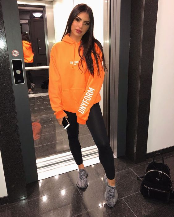 moletom laranja e calça legging preta