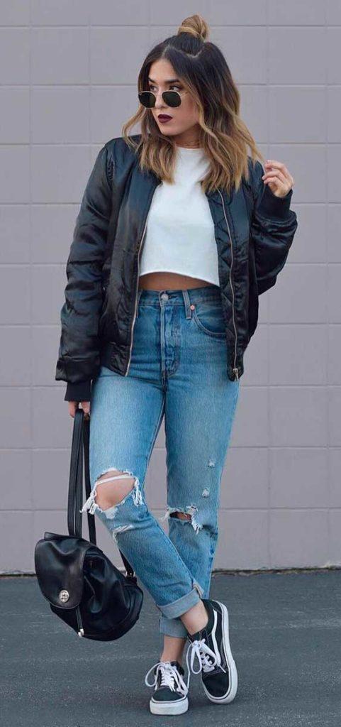 Bomber jacket, t-shirt cropped branca e calça jaqueta jeans destoyed