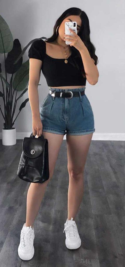 Rubi Ortiz, cropped preto, short jeans de cintura alta, tênis banco