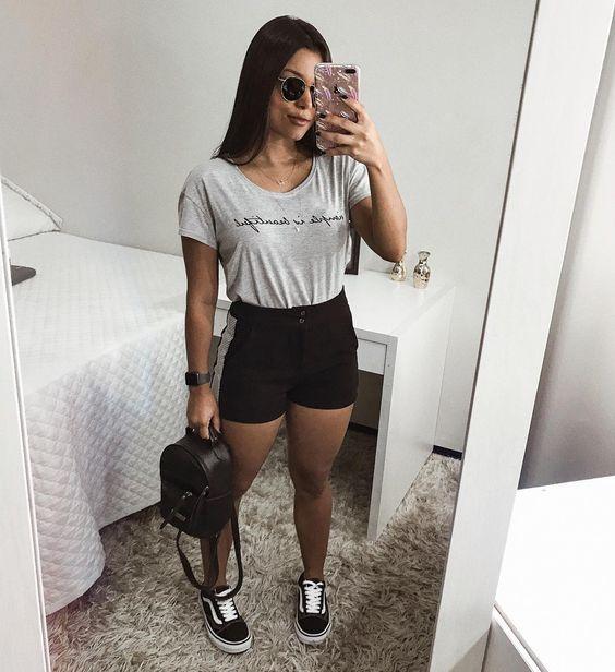 básica e cool com blusa cinza e short preto