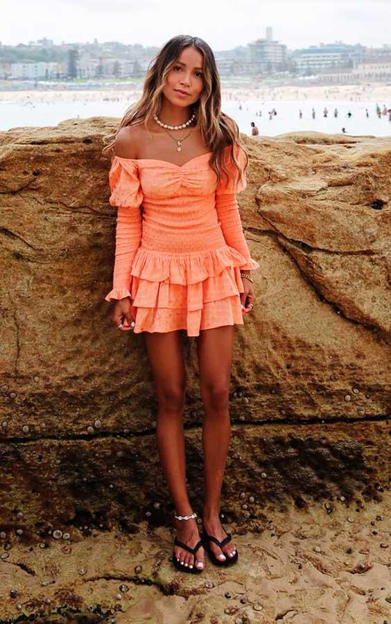 vestido curto coral com babados