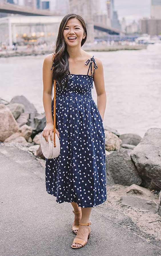 vestido midi azul com estampa fofa
