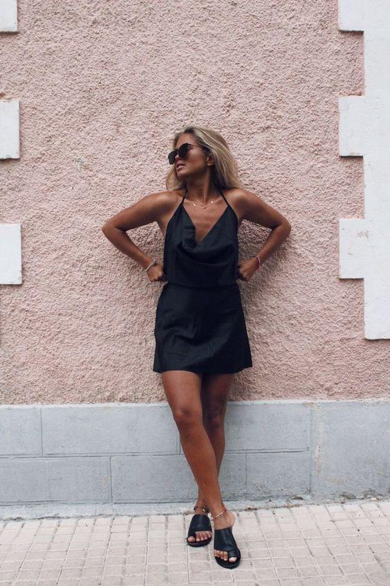 roupas pretas, slip dress e rasteirinha