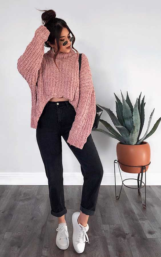 Rubi Ortiz, suéter rosa, calça preta e tênis branco