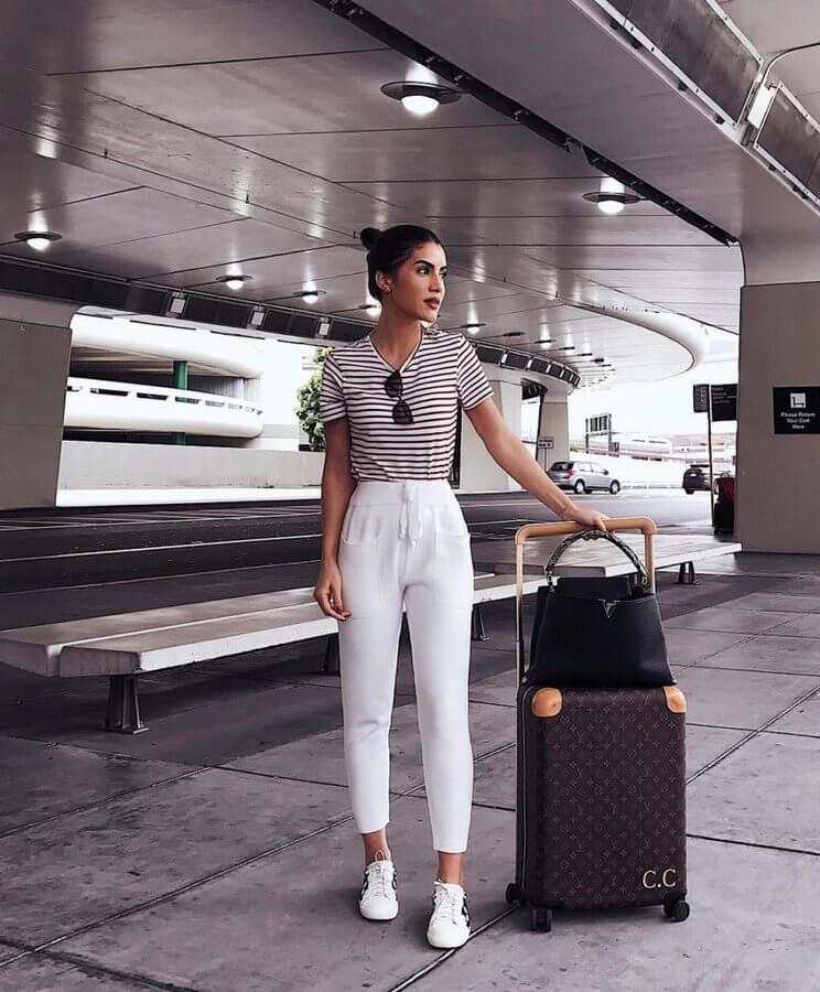 Look para viajar, blusa listrada, calça jogger branca, tênis branco