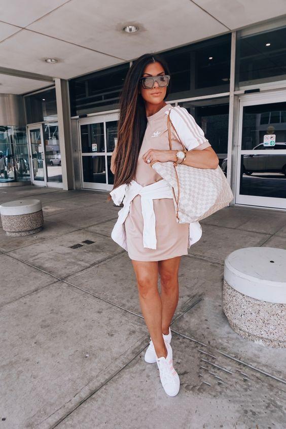 Look para viajar, t-shirt dress esportivo adidas, bolsa louis vuitton, moletom amarrado na cintura, tênis adidas branco