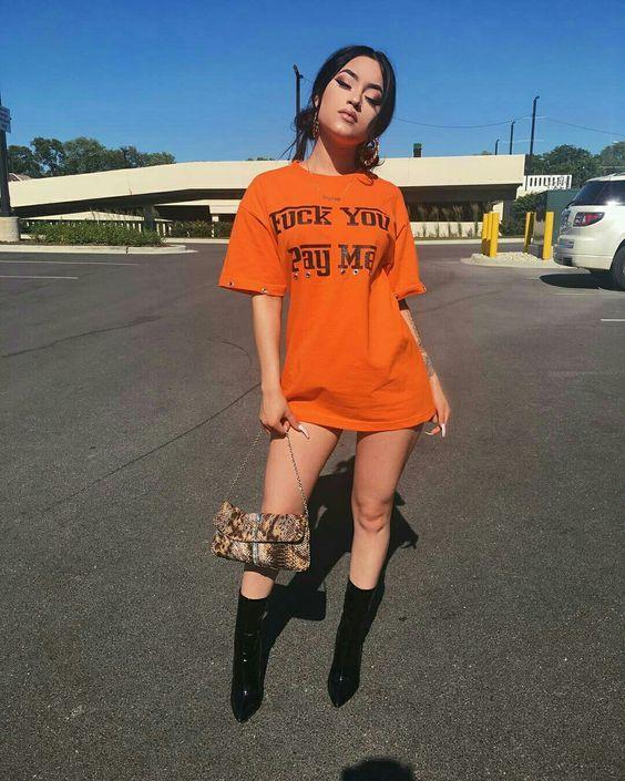 t-shirt dress laranja e ankle boot preta