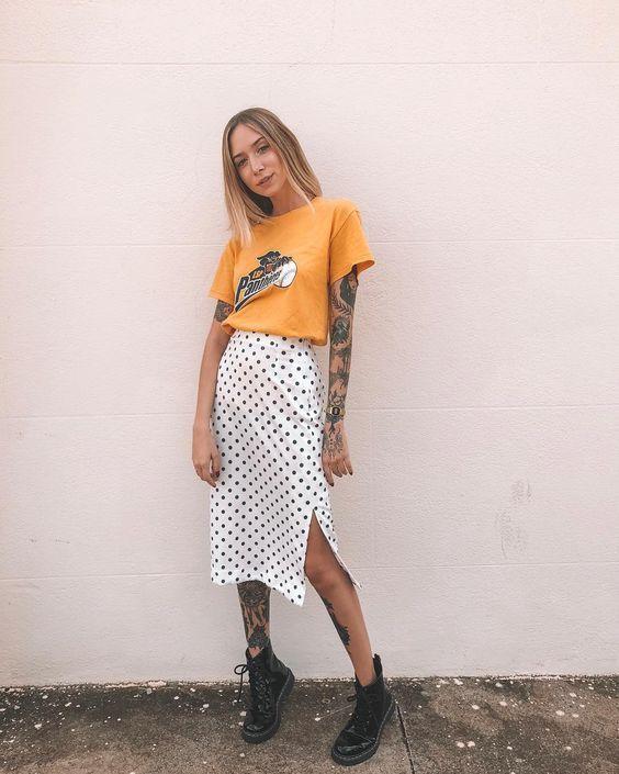 t-shirt laranja e saia midi