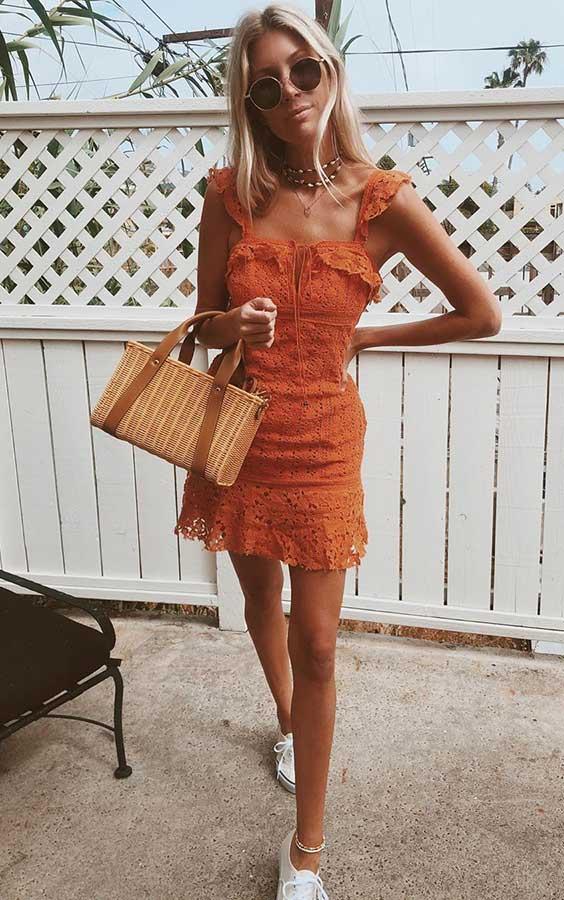 básica e cool com vestido laranja e bolsa de palha