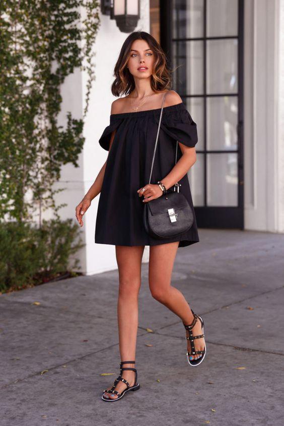 roupas pretas, vestido curto e rasteirinha