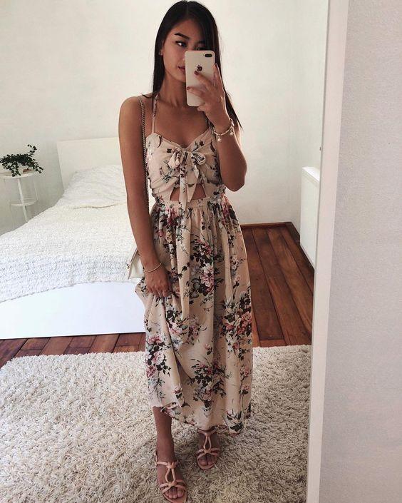 Vestido longo floral com decote com nozinho, rasteirinha