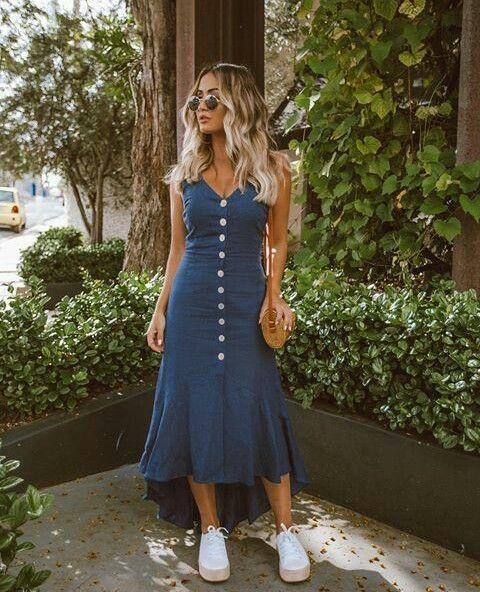básica e cool com vestido midi azul