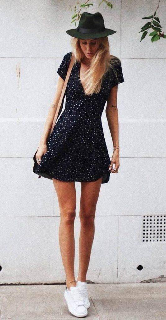 vestido curto preto com tênis branco