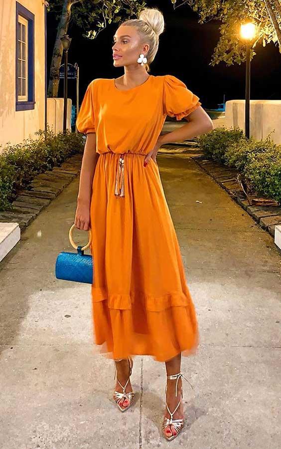 vestido laranja com bolsa azul
