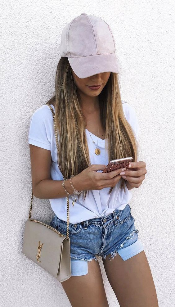 blusa branca, short jeans e boné rosa