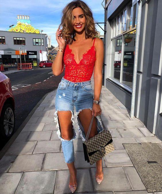 body vermelhao e calça jeans