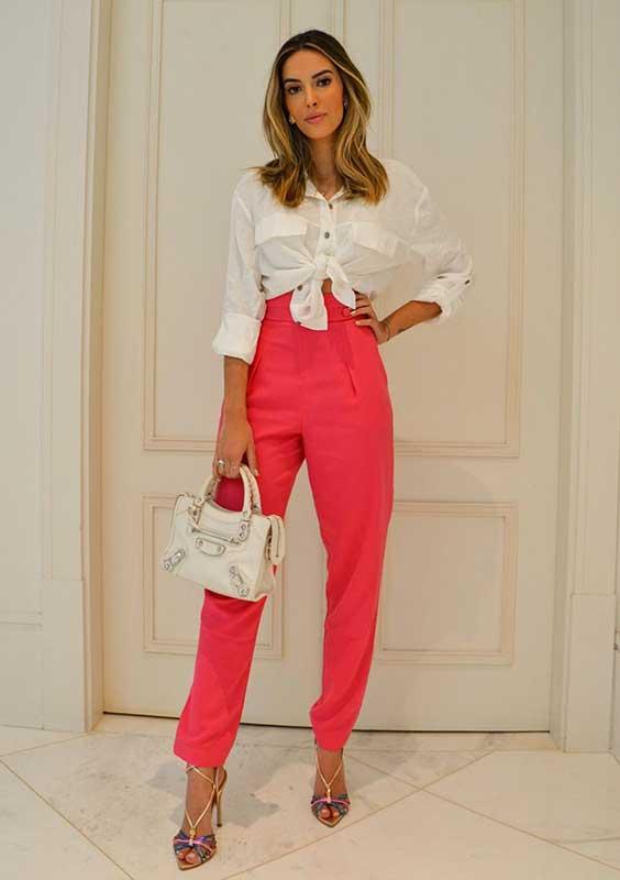 camisa branca de nozinho e calça rosa