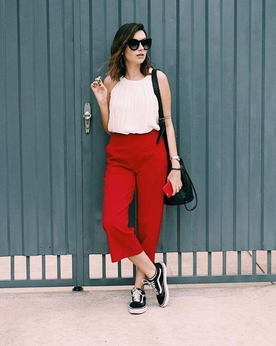 regata branca, calça vermelha e sapato preto vans