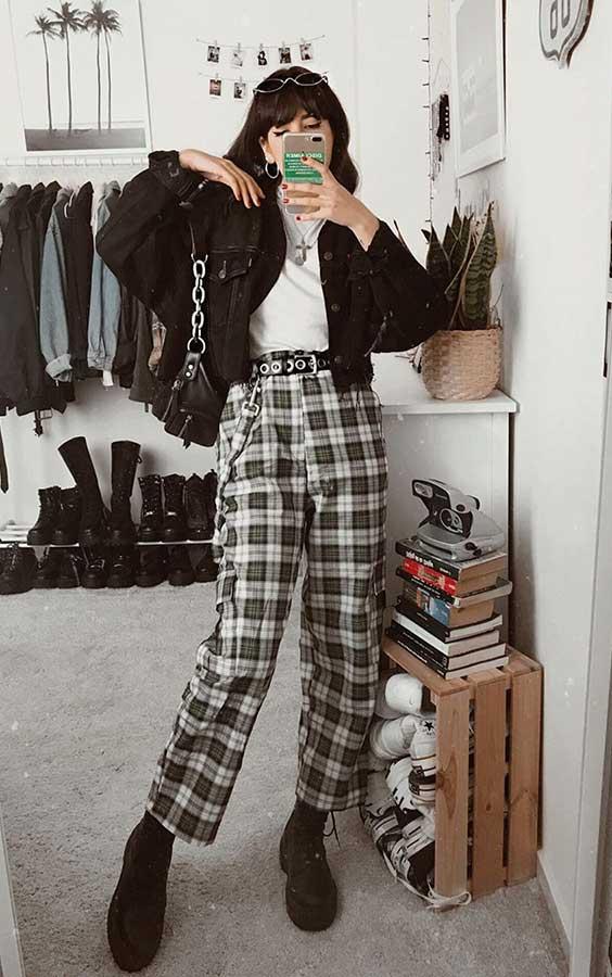 jaqueta preta, blusa branca, calça de alfaiataria xadrez