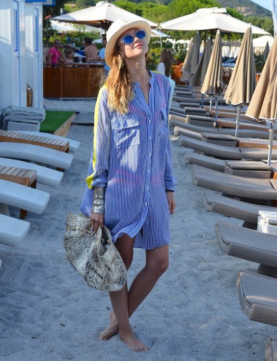vestido chemise azul com listras, chapéi de palha, bolsa com estampa de cogra, saída de praia
