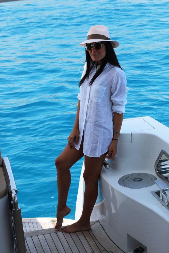 camisa branca, chapéu do panamá