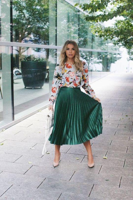 blusa com estampa florla, saia plissada de cetim verde