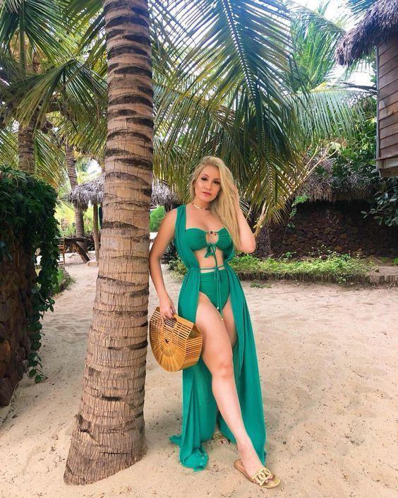 conjuntinho de praia verde e bolsa de palha