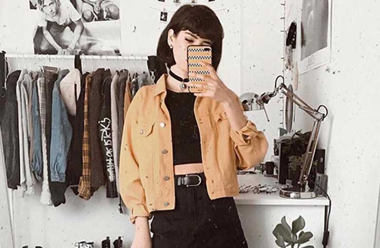 jaqueta amarela e cropped preto