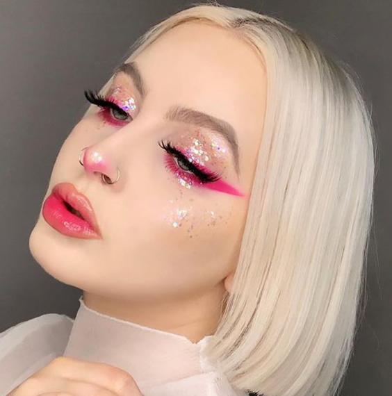 delineado rosa na pálpebra inferior, sombra com glitter