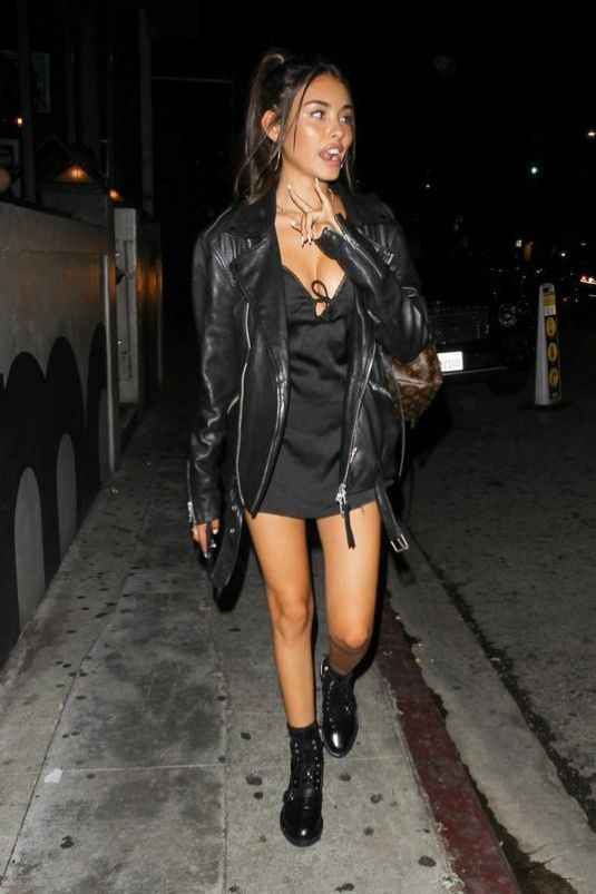 jaqueta de couro, vestido curto e ankle boot