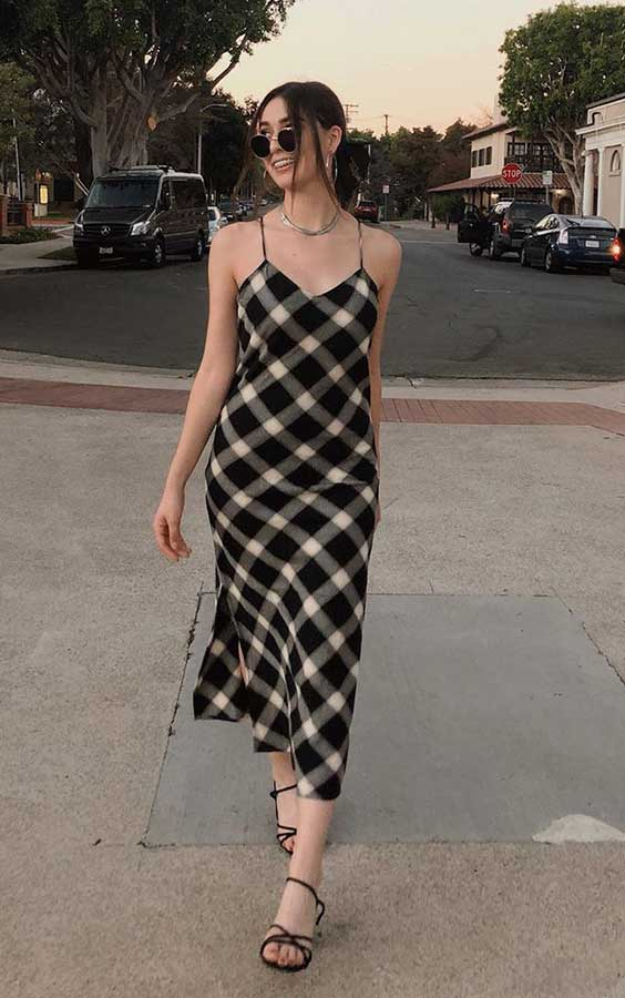 roupa xadrez com sandália de tiras