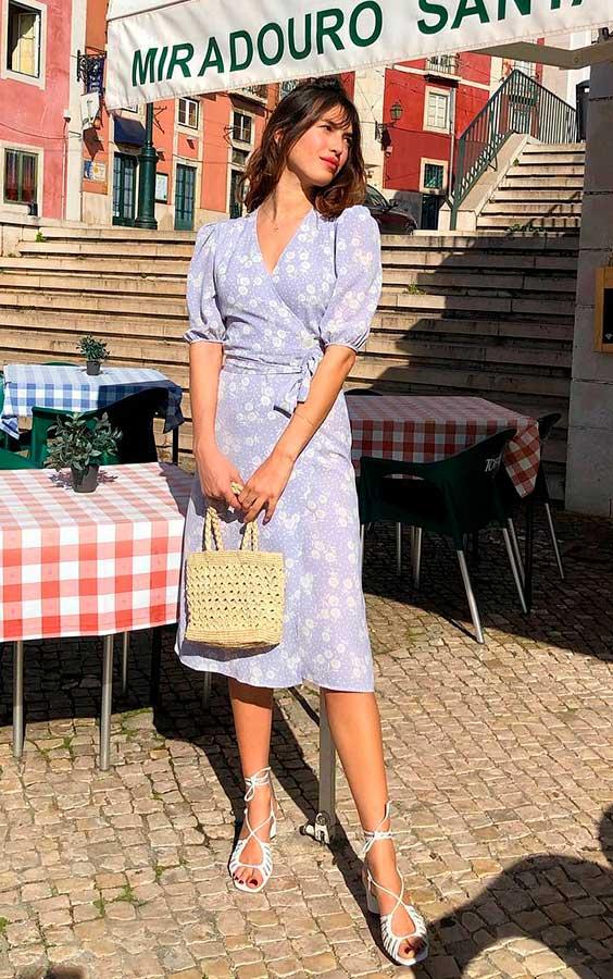 vestido midi no verão com bolsa de palha