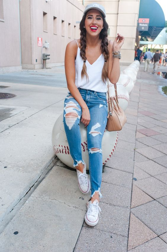 rerata de cetim branca, calça jeans destroyed