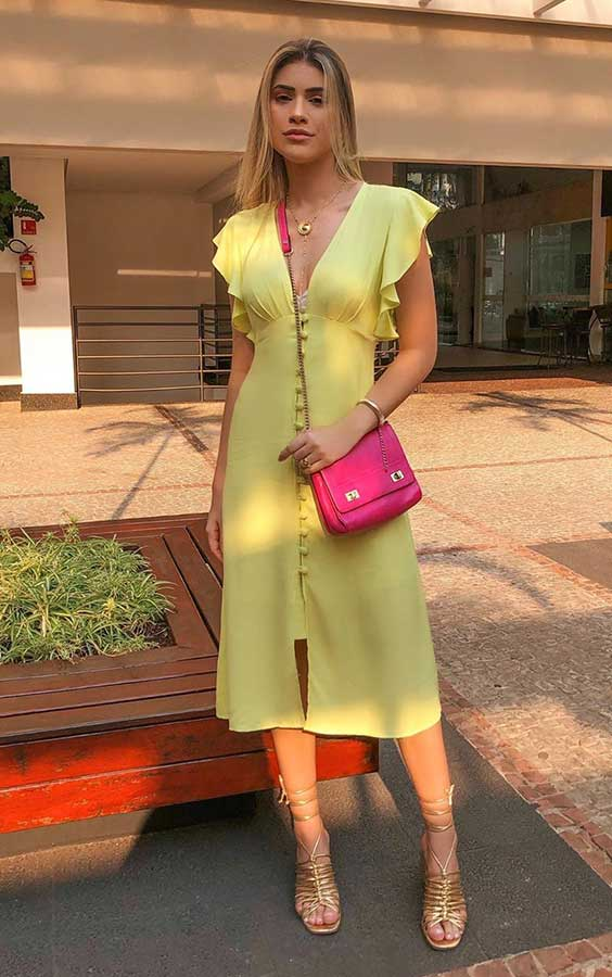 vestido midi no verão com bolsa rosa