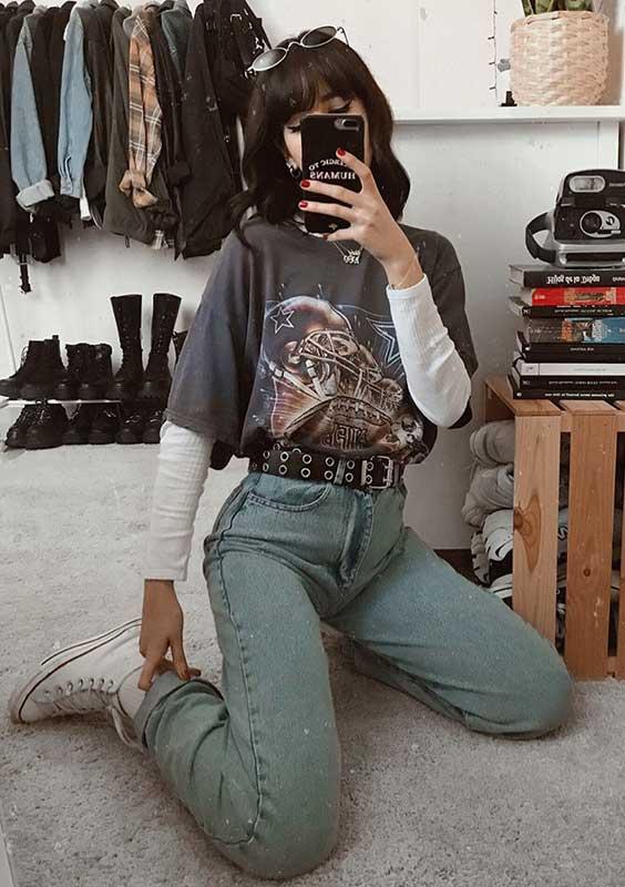 Lydia F. t-shirt vintage, calça jeans de cintura alta, tênis all star branco