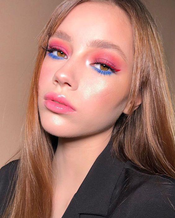 make colorida com sombra rosa e deilineado azul