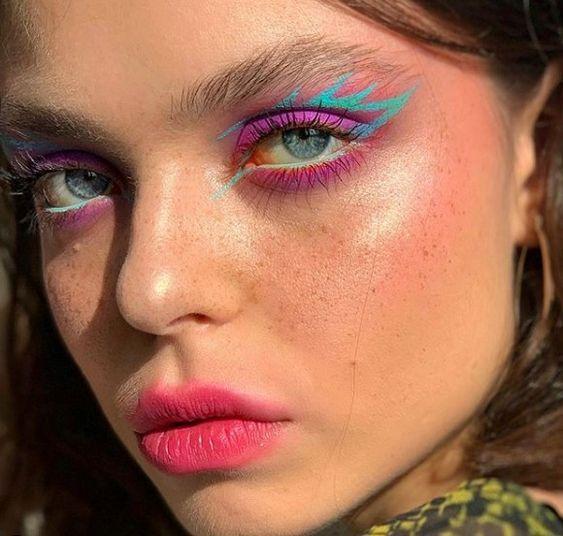 make colorida com delineado gráfico azul e rosa